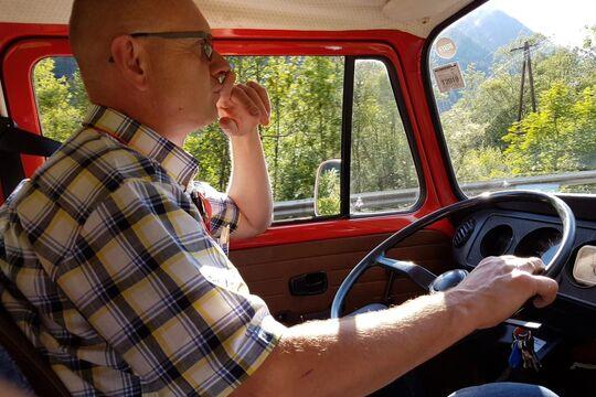 Alexander Fischer am Steuer, T2 VW Bus