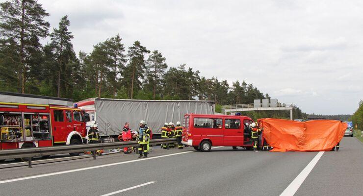Am späaeen Dienstagnachmittag (17.05.2016) ereignete sich auf der A6 am Kreuz Nuernberg-Ost erneut ein schwerer Verkehrsunfall. Nach bisherigen Meldungen hatte sich der Verkehr gegen 16:45 Uhr auf der Autobahn in Fahrtrichtung Heilbronn an der Baustelle zurueckgestaut. Ein Lkw-Fahrer uebersah das Stauende und schob zwei weitere Lastwagen und ein Auto aufeinander. Der Wagen wurde dabei voellig zerquetscht. In dem Auto sass eine fuenfkoepfige Familie. Drei Kleinkinder, die sich auf der Rueckbank befanden, waren vermutlich sofort tot. Auch die Mutter auf dem Beifahrersitz starb. Der Fahrer, vermutlich der Vater, konnte durch die Rettungskraefte nach ueber einer Stunde lebend gerettet werden und kam mit einem Rettungshubschrauber in eine Klinik. Auch zwei Lkw-Fahrer wurden in ihren Fuehrerhaeusern eingeklemmt und mussten befreit werden. Die Feuerwehr ist im Grosseinsatz, auch mehrere Rettungshubschrauber sind gelandet. Weitere Informationen und Bilder folgen. Foto: NEWS5 / Schwan
