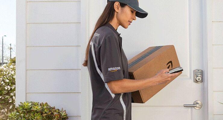 Amazon-Zustellerin mit Paket