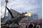 Auf dem Alexanderplatz in Berlin beeindruckt der Drache die Massen…