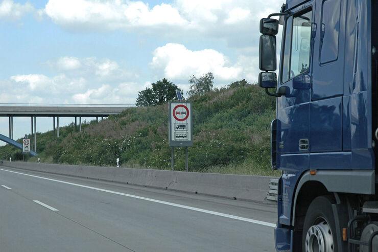 Autobahn Autobahnschild Schild Überholverbot Bus Lkw Verbot Autobahnbrücke 60 Fahrt Straße Dunkel Wetter Öde oed Wolken Zugmaschine blau Spiegel Außenspiegel Kontrolle BAG
