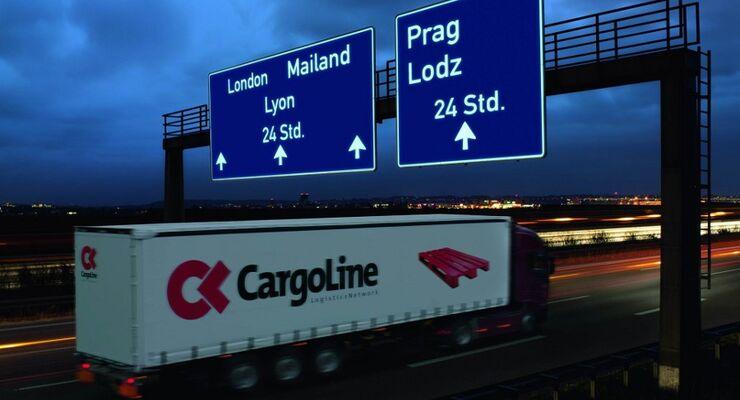 Cargoline-Lkw bei Nacht