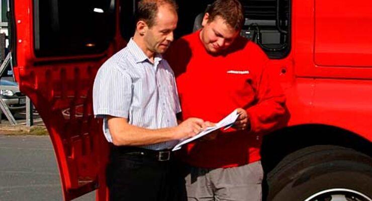 Chef und Fahrer bei der Auswertung
