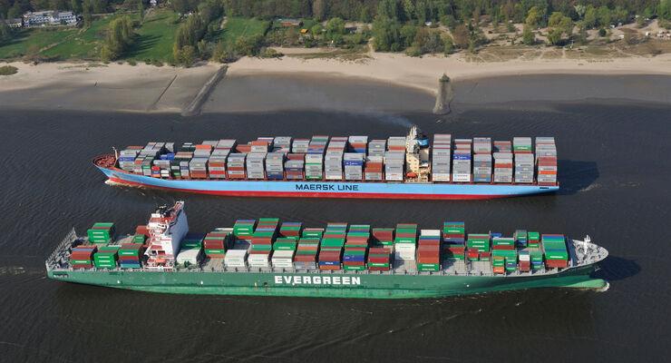 Containerschiffe auf der Elbe.
