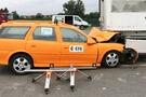 Crash Auto steckt nach Unfall unter Heck