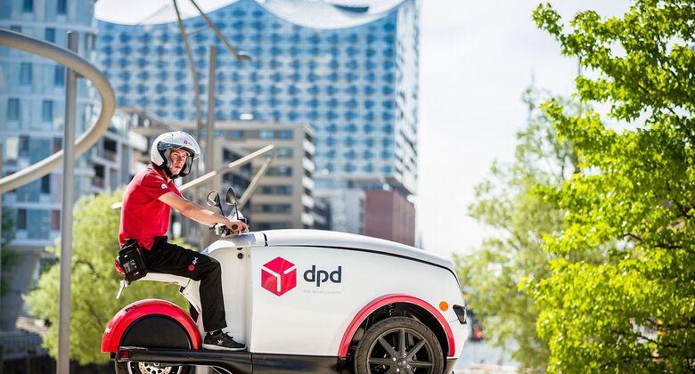 DPD-Zusteller ist mit dem E-Fahrzeug Tripl unterwegs.