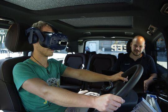 Daimler Trucks: Lkw-Fahrer testen neue digitale Fahrzeugsysteme in mobilem SimulatorDaimler Trucks: Truck drivers test new digital vehicle systems in mobile simulator