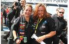 Die Damen vom Team Hahn-Racing freuen sich über Jochens Sieg.