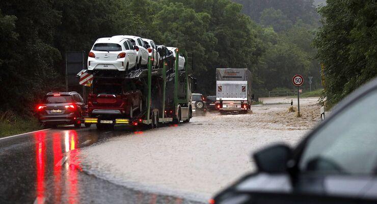 Die Landstraße L115 vor Ahrhütte mit dem Fluss Ahr im Ahrtal in Rheinland-Pfalz wurde durch starke Regenfälle sintfluta
