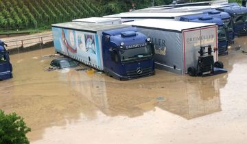 Dreimüller Lkw unter Wasser