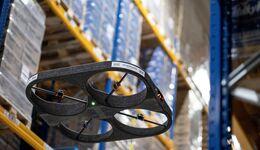 Drohne bei der Inventur im Lager