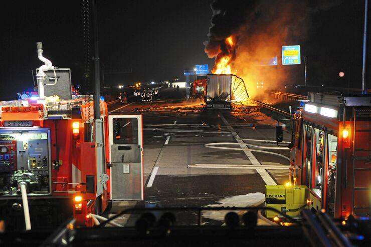 FF_0514_Bilder_Schwerpunkt_Sicherheit_Unfall_Feuer_Lkw_Feuerwehr