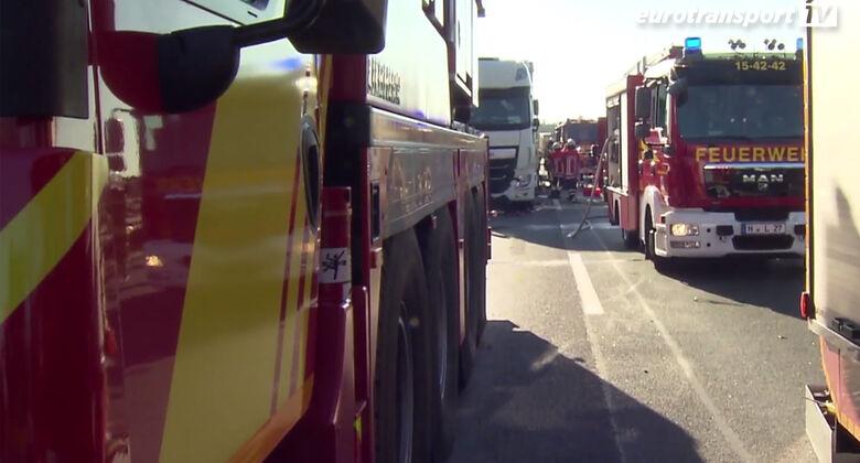 Feuerwehr-Fahrzeuge bei einem Unfall auf der A2