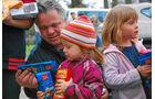 Hilfstransport in die Ukraine, polnische Mädchen, Süßigkeiten