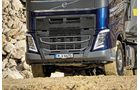 Kippsattel Volvo FH 500 Fahrbericht Kern Kipper 6x4 Drei achsen liftbar vielseitig Offroad Tauglichkeit FMX Stoßfänger Blau Metallic Kieswerk Kippschalter Liftachse Rückwandmodul Traktion Bordelektronik