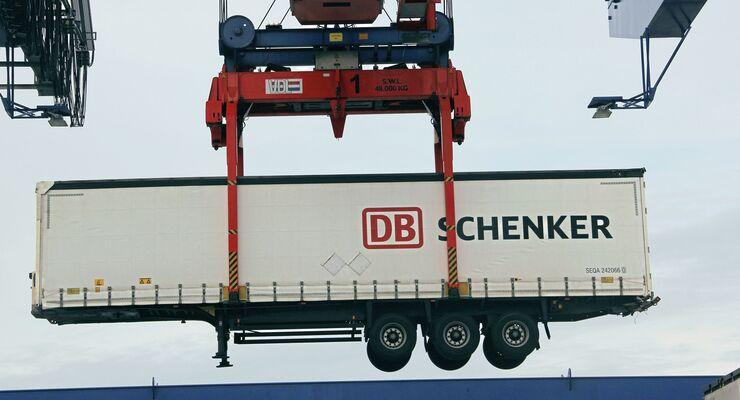 Kombiterminal Rostock Verladung Umschlag Schiene Kran Auflieger DB Schenker LKW Walter
