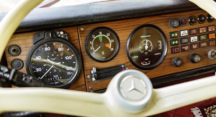 Kutschbock oder Hightech-Zentrale: Wie sich der Lkw-Fahrerarbeitsplatz in den letzten 60 Jahren verändert hatFrom a coach box to a high-tech cockpit: how the truck driver's workplace has changed over the past 60 years