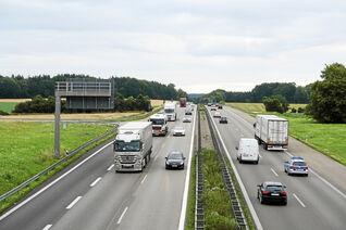 Lkw und Pkw auf einer Autobahn