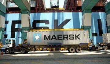 Maersk-Container bei der Verladung am Terminal