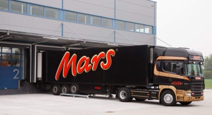 Mars-Sattelzug an der Laderampe.