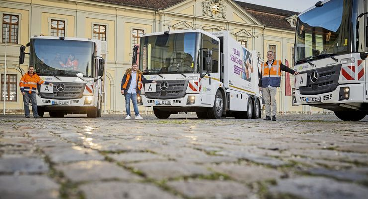 """Mercedes-Benz Econic mit """"High Visibility Fahrerhaus"""" mit tief gezogener Panoramascheibe und bodentiefer Verglasung der Beifahrertür, Abbiege-Assistent und Active Brake Assist 3 sammeln den Abfall im Kreis Ludwigsburg."""