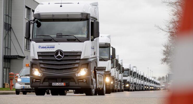 Mercedes-Benz Lkw: Großauftrag für Wörth: Logistikdienstleister Hegelmann übernimmt 1000sten Mercedes-Benz Actros – 500 weitere Fahrzeuge bereits bestellt