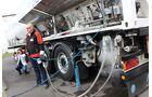 Meyer Logistik-Werkstattmitarbeiter Sandro Rusche demonstriert die LNG-Betankung an einem Iveco Stralis.