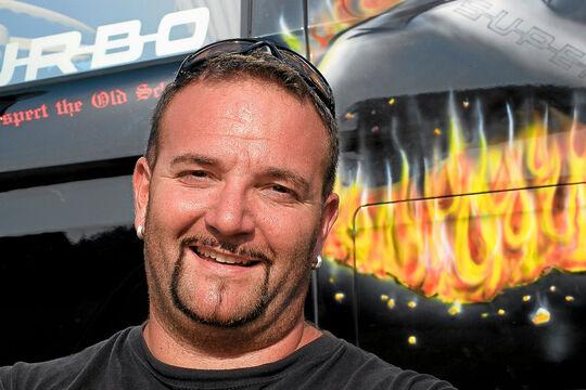 """Mit seiner Liebe zu Scania und V8-Motoren ist Andreas """"Andal"""" Schubert in Fahrerkreisen längst zur Kultfigur geworden."""