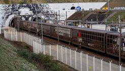 Navette camions entrant en tunnel de la France vers le l'Angleterre