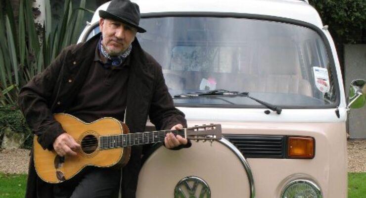 Pete Townshend vor seinem rosafarbenen Bulli