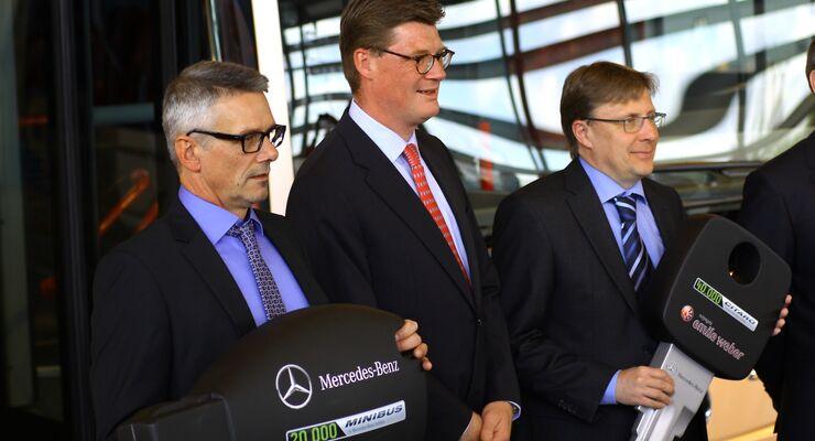 Till Oberwörder, Vertriebschef  Daimler Buses/Evobus (Mitte) bei der Übergabe der Jubiläumsfahrzeuge im Werk Mannheim.