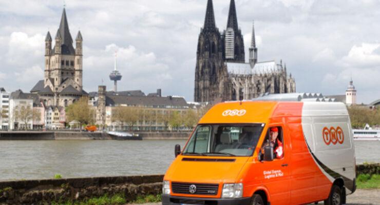 Transporter von TNT Express vor dem Panorama der Kölner Altstadt