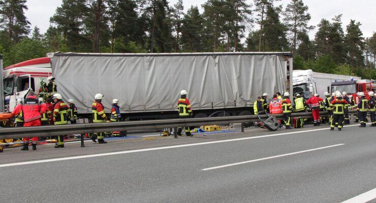 Vier Tote bei furchtbarem Unfall auf A6 - Lkw rast in Stauende