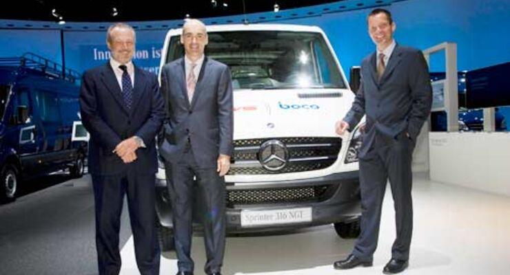 Von links: Andreas Heinze, CEO von CWS Boco International, José Luis Lopez-Schümmer, Leiter Vertrieb Mercedes-Benz Vans, und Michael Seddig, Logistikchef von CWS